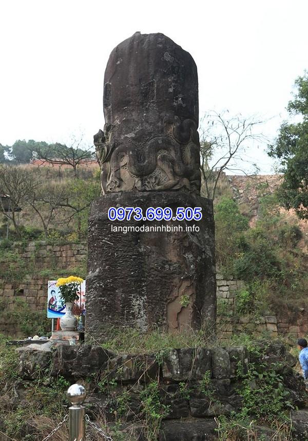 Đây là một cột đá lớn nguyên khối được dựng trên bệ tròn cao 1m, đường kính khoảng 4,5m. Tổng chiều cao của cột đá là 5m.
