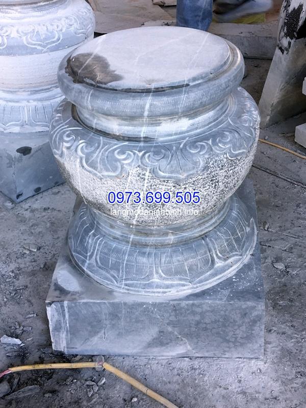 Chân cột bằng đá xanh được chạm khắc tinh xảo