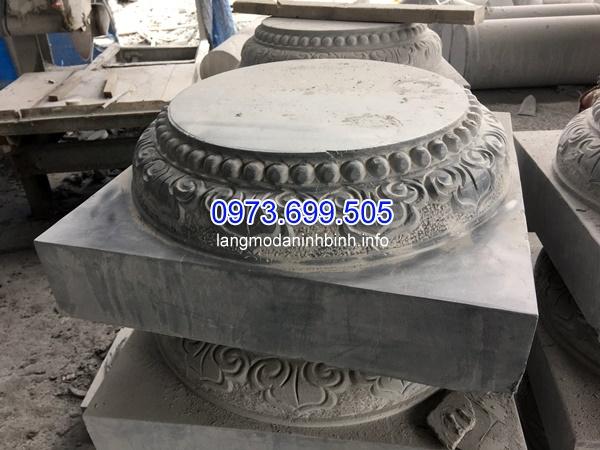 Chân cột bằng đá được chạm khắc tỉ mỉ