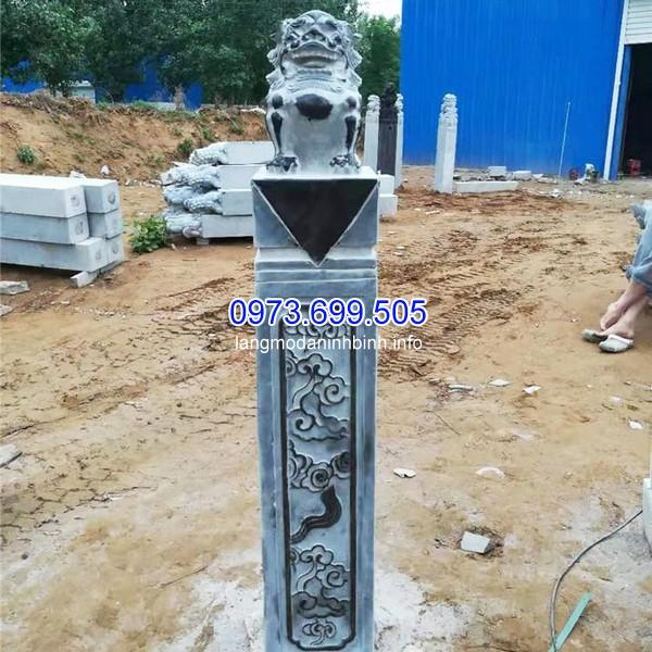 Cột đá với tượng tỳ hưu bên trên