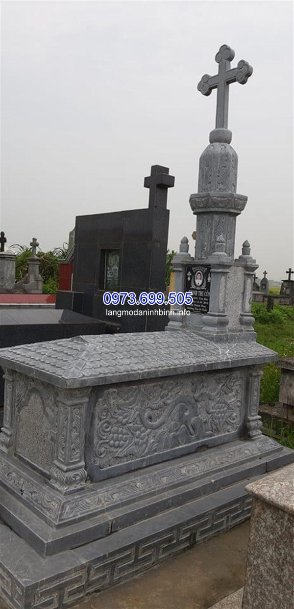 Mộ của người theo đạo được làm từ đá xanh nguyên khối tự nhiên