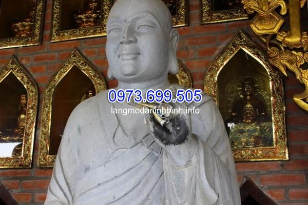 Công đức xây chùa bằng cách nhét tiền vào tay Phật, làm vậy đã là đúng?