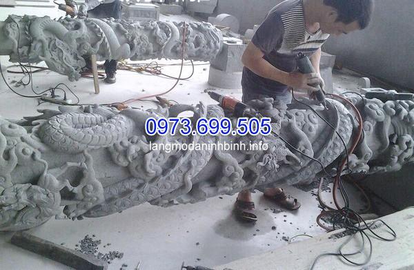 Thợ chế tác cột đá chạm rồng tại xưởng