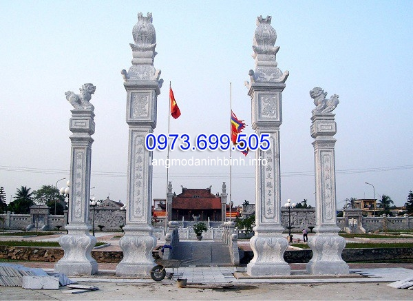 Cột đá vuông dựng cổng tam quan mang ý nghĩa bảo vệ