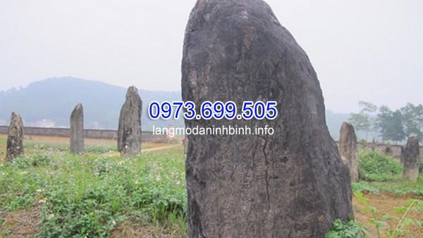 Đầu mộ thường chôn ba hòn đá cao, to thành một hàng thẳng.