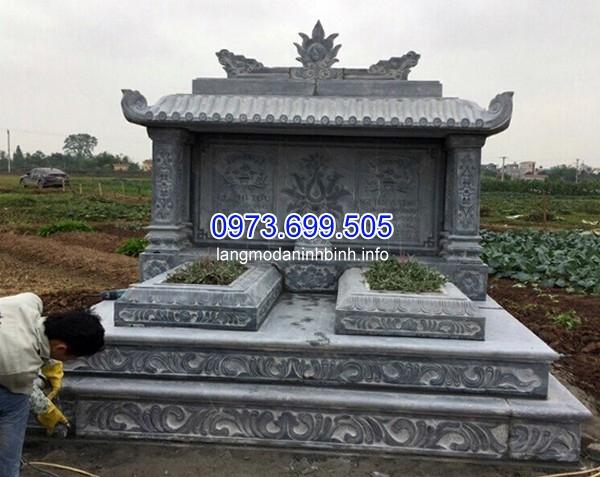 Mộ đá đôi được xây trước với một bên để chờ trước khi chết