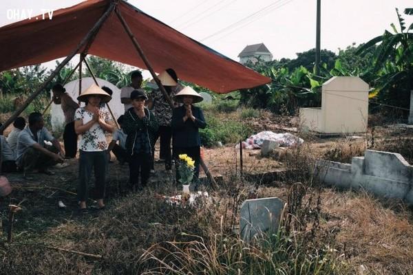 Thực hiện nghi lễ cúng vong và thổ địa trước khi thực hiện bốc mộ