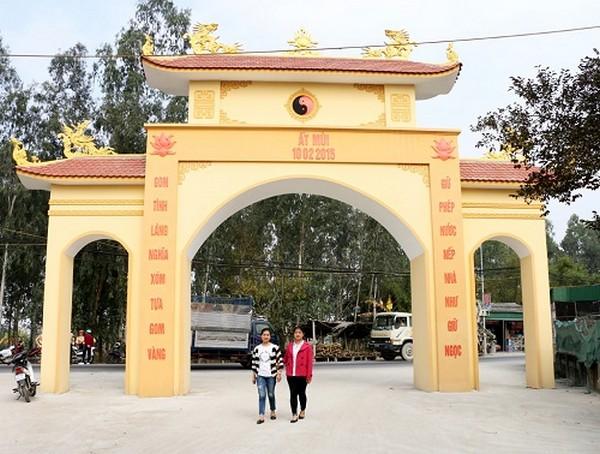 Câu đối cổng làng bằng chữ Quốc Ngữ