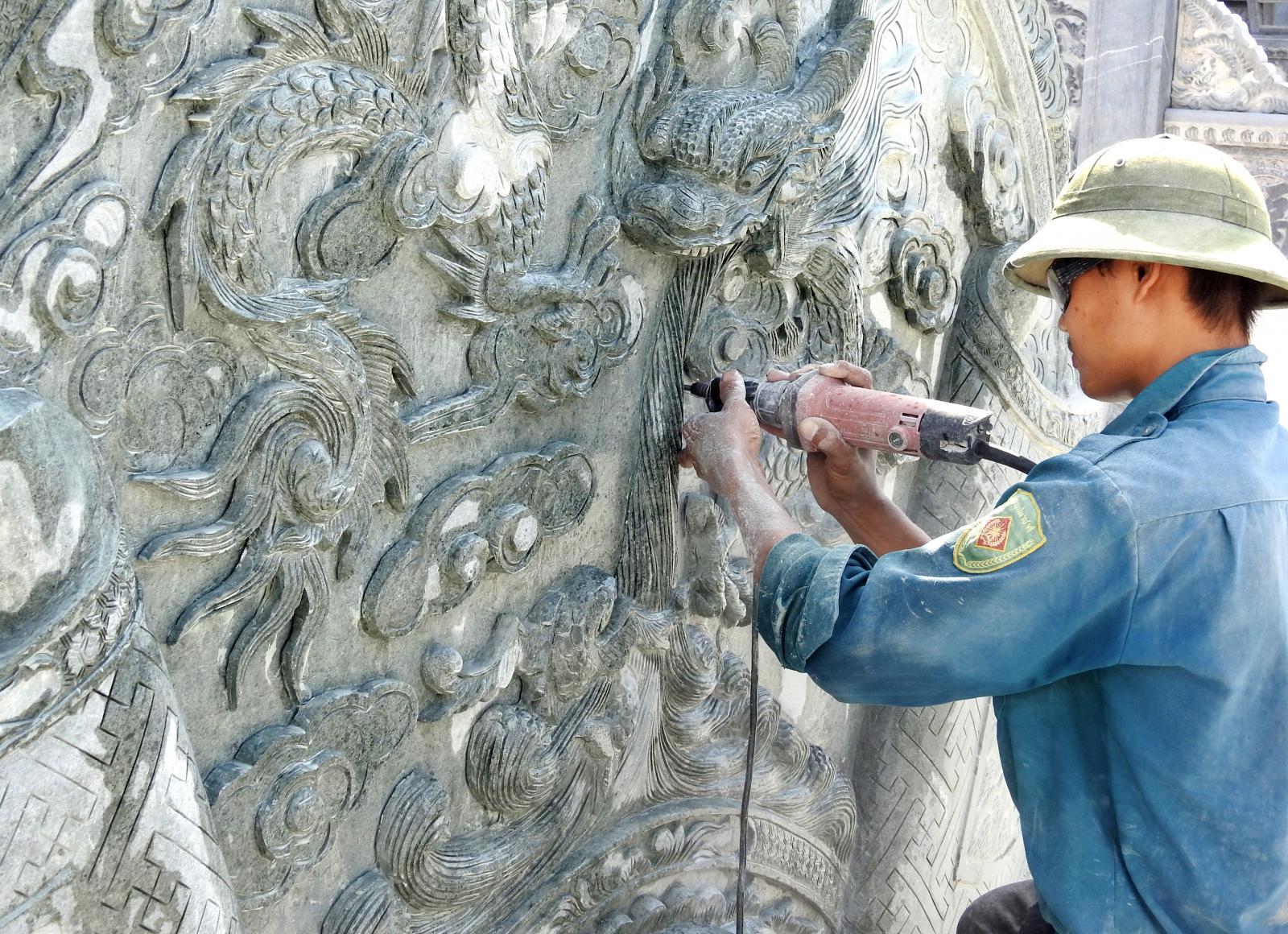 Chạm khắc trên mộ đá