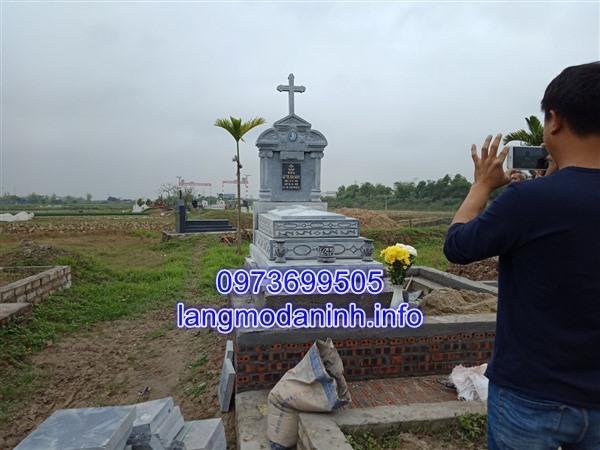 Tháp mộ đá công giáo chạm khắc hoa văn tinh xảo