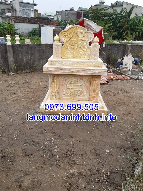Mặt sau mộ đá vàng