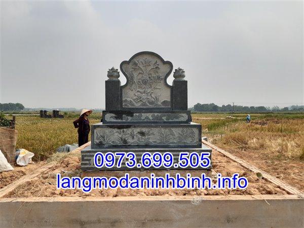 Mặt sau của mộ tam cấp;