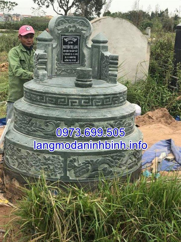 Mộ tròn bằng đá xanh rêu chạm khắc hoa văn tinh xảo